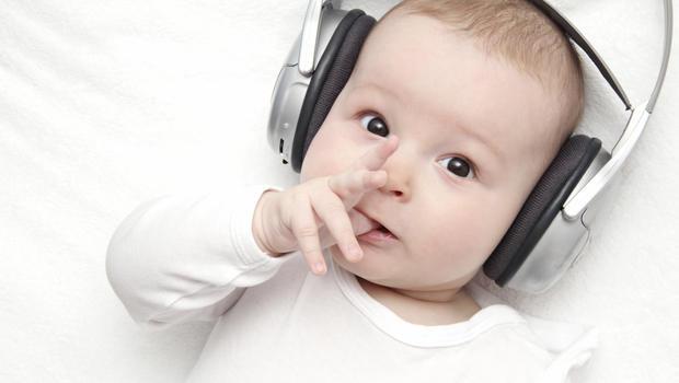 Niemowlak z słuchawkami na uszach