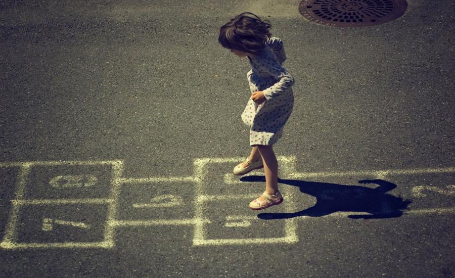 Dziecko grające na podwórku w klasy