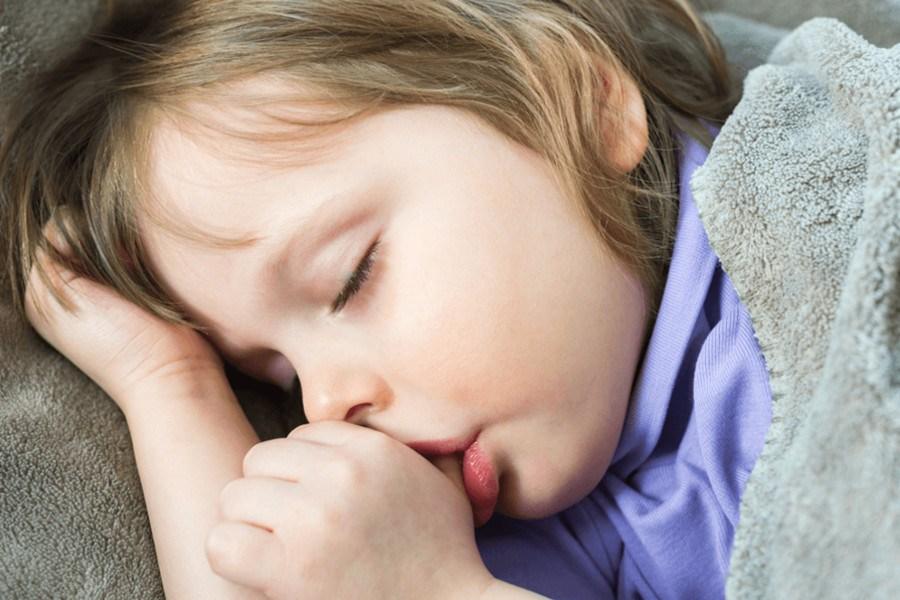 Dziecko ssące kciuka przez sen