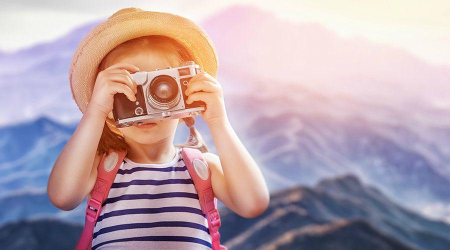Mała dziewczynka robi zdjęcie