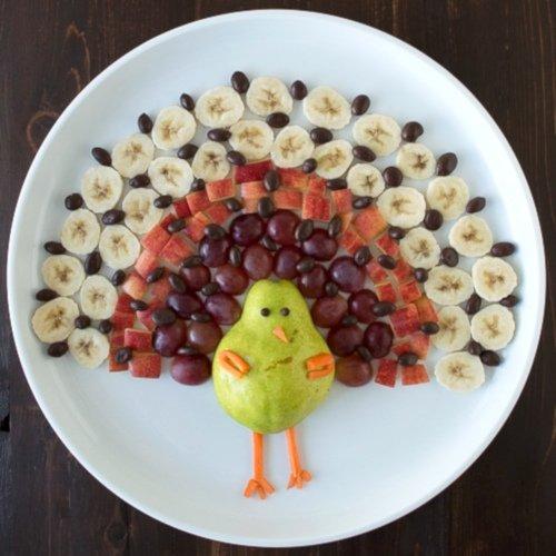 Paw zrobiony z owoców na talerzu